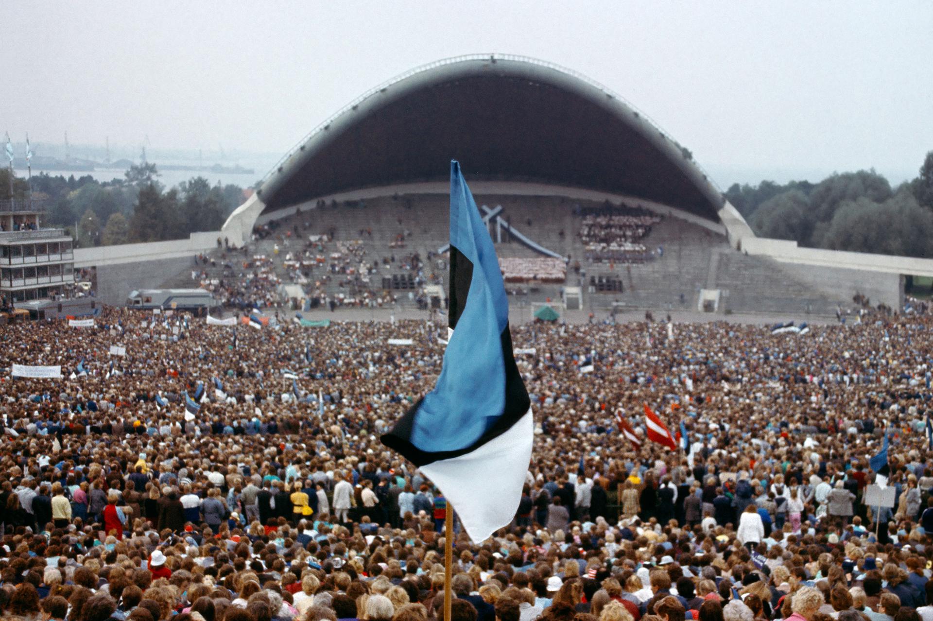 Lauluväljak 是愛沙尼亞每五年一度的歌唱節的大本營, 1988 年的音樂會,啟動了愛沙尼亞甚至是波羅的海共和國的獨立運動。圖為 1988 年三十萬人聚集的盛況。 Photo by Tonu Norritts / Art Directors