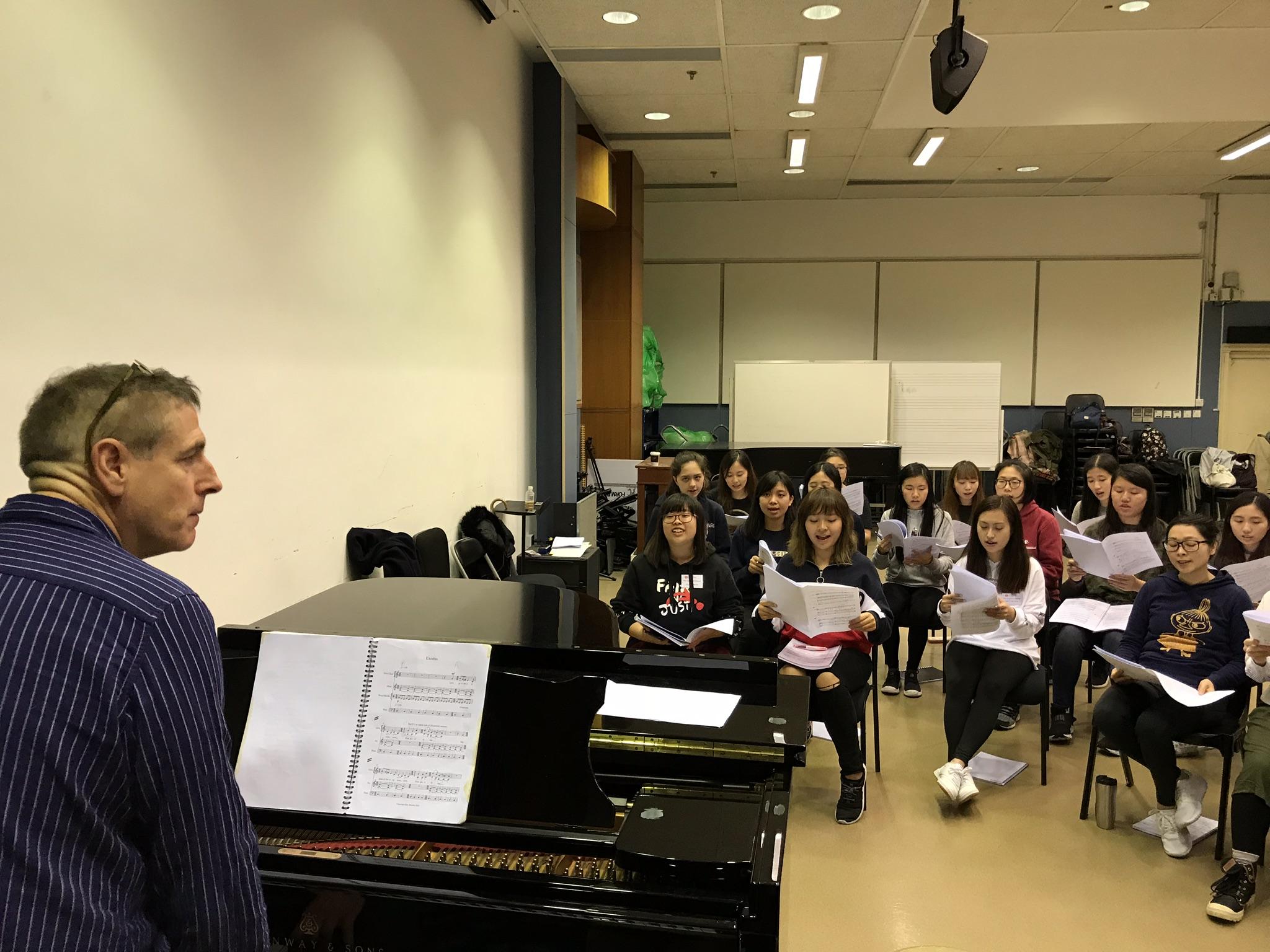 《祈願女之歌》作曲家 John Brown 與香港演員排練。