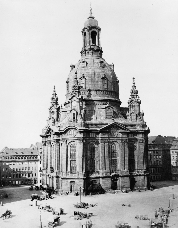 十九世紀的德勒斯登聖母教堂:華格納的《使徒的愛筵》首演於此。這處名勝後來在二次大戰中被英美聯軍炸毀。