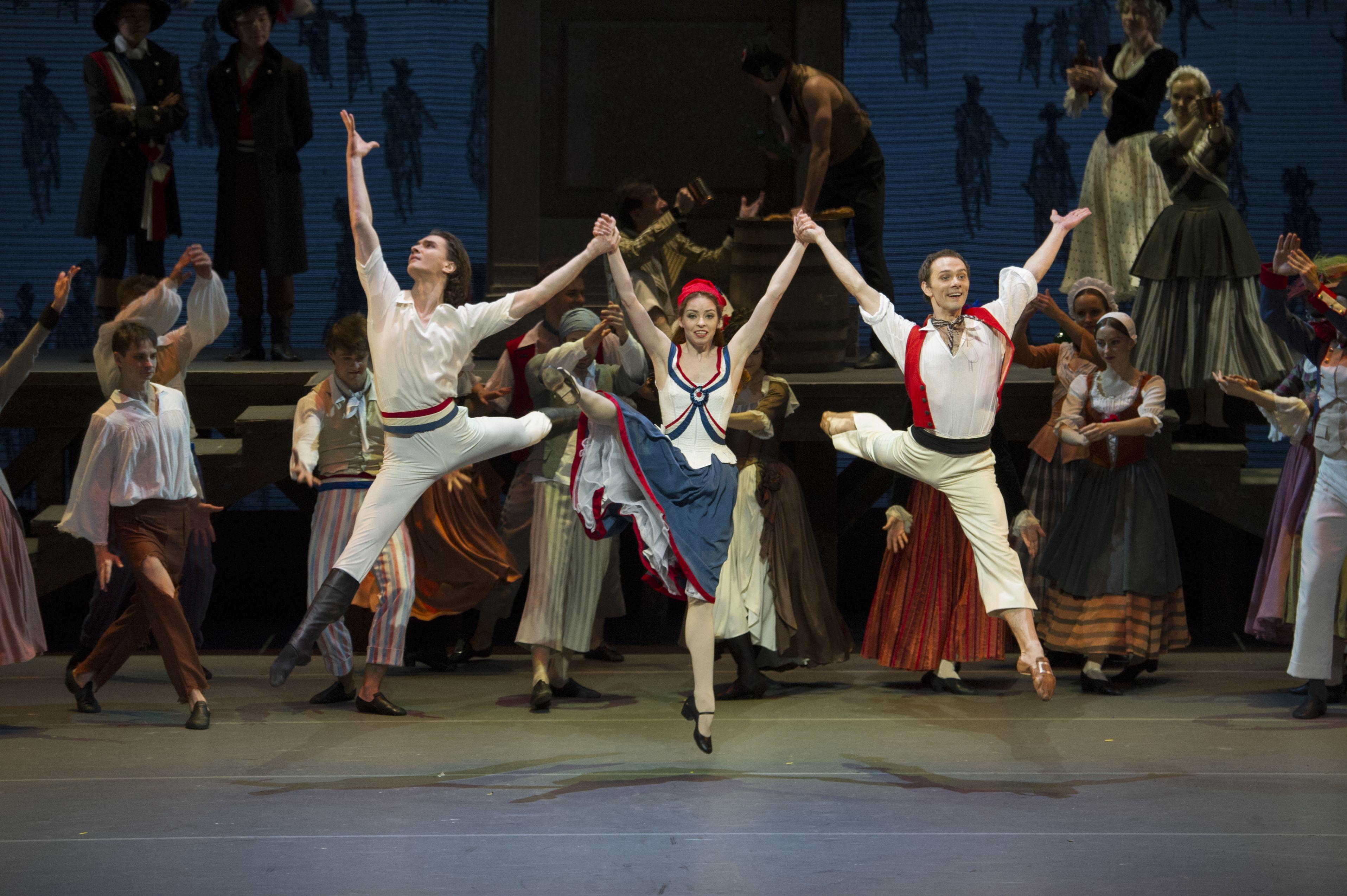 由莫斯科大劇院芭蕾舞團演出、羅曼斯基編舞的《巴黎火焰》 2015 年香港藝術節上演時的舞姿,至今還令人感到意猶未盡。  Photo © Leisure and Cultural Services Department