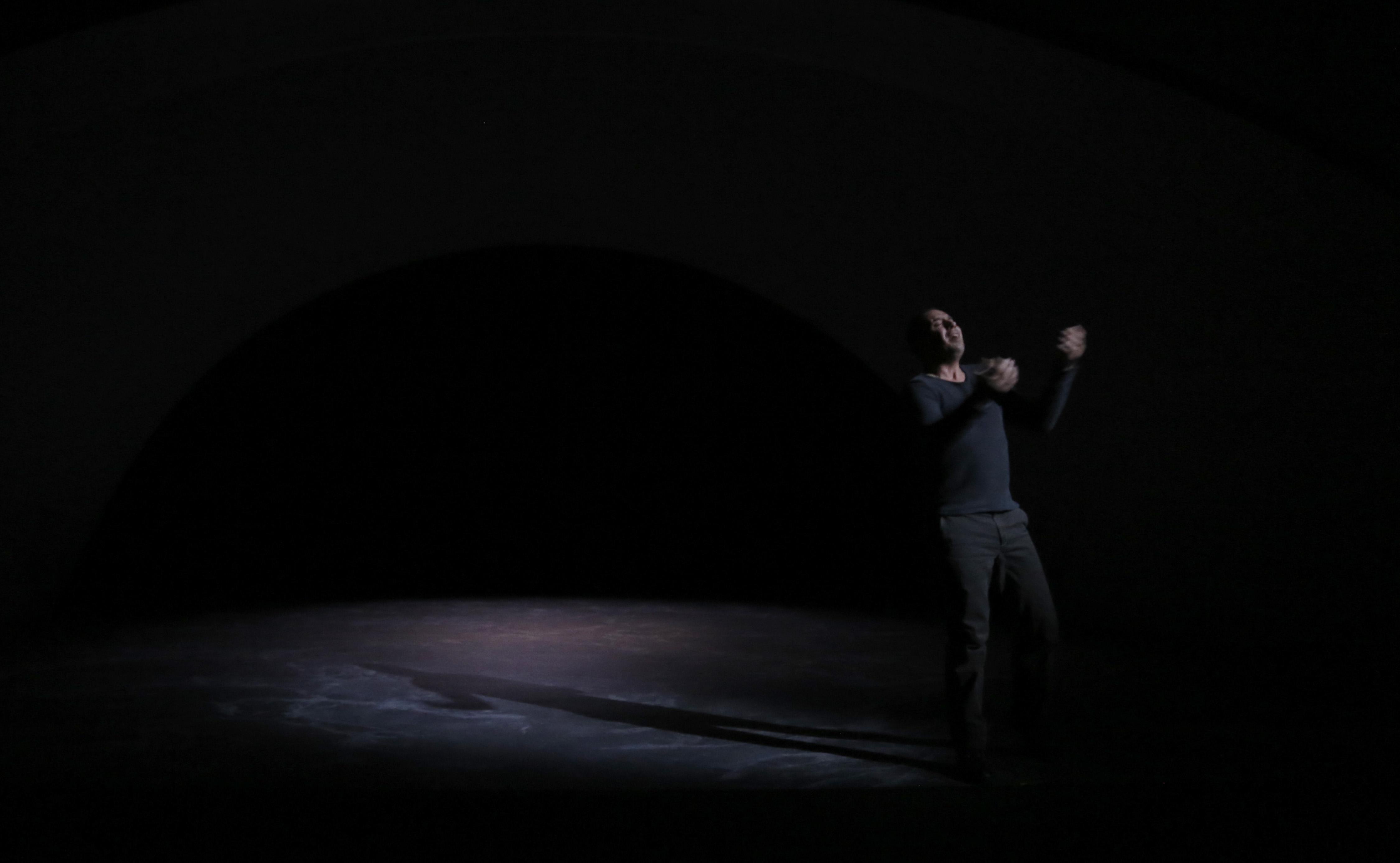 在圓拱之下,演員只是黑影。