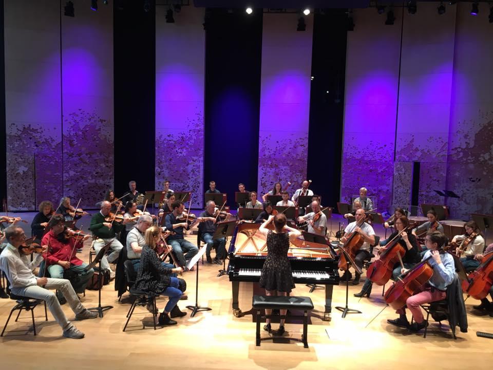 與巴黎室樂團合作,同時指揮和演奏貝四。