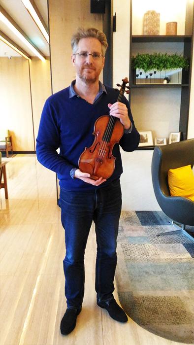 Cristiano Gualco 與 1727 年帕格尼尼小提琴。